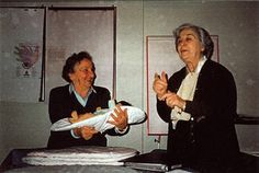 Visto en MontessoriinMotion Going through old photos I found this one of Dr Montanaro and Gianna Gobbi. Clearly a happy moment as Gianna Gobbi held a 'baby' on a topponcino while Dr Montanaro spoke. So grateful for my time there... 1999.