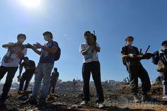 南米チリのバルパライソ(Valparaiso)で、大規模な火災に見舞われた地域で作業をするボランティアたち(2014年4月14日撮影)。(c)AFP/MARTIN BERNETTI ▼15Apr2014AFP|世界遺産都市バルパライソの大火災、3日目も消火作業続く http://www.afpbb.com/articles/-/3012627 #Valparaiso
