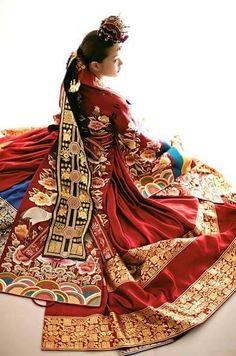 HanllyU Publié par Sandrine Mongereau J'aime cette Page · 22 mars · Modifié · 〈 MODE - Le Hanbok : Royal! 〉 Le Hanbok Royal est nommé «gungjung boksik » à l'ère de la Dynastie Joseon. Il était porté par la famille royale, les courtisanes appelées « sanggung » et les conseillers du Roi « naegwan ». Souvent revêtus lors de cérémonies ou d'importants évenements. Suite de l'article sur notre page Facebook. #Yuyu ┄┄┄┄┄┄┄┄ www.twitter.com/HanllyU Sources & Crédits : images.google.