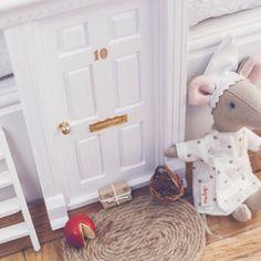 Las auténticas puertas para el ratoncito perez españolas,puertas ratón perez,regalo original niños.Toothfairy door,baby deco,kids deco trends. Fotografía de Elena Bau