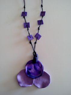 By Gigi Perez - Eco-biju: Bijuteria feita com massa plástica, cordão encerado, decorada com pedacinhos de plástico (frasco de alvejante).