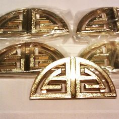 I love these, the link isn't any good:( Gold Hollywood Regency Oriental Drawer Pulls hollywood regency, hollywood glam, regency decor Hollywood Hills, Old Hollywood Glamour, Furniture Hardware, Diy Furniture, Hollywood Regency Bedroom, Pull Handles, Drawer Handles, Room Accessories, Inspired Homes