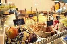 Vetrina gelato Sigep 2016 con Segnagusti lavagnetta. Gelato Muffin e Caffèlatte e cornflakes in primo piano.  www.leagel.com