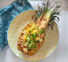 Dit recept voor Oosterse gebakken rijst met ananas en kip is makkelijk te maken, maar ziet er spectaculair uit. Haal de zomerse sferen in huis!