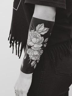 Cool Tattoos Every Woman Wants Heavy blackwork floral cuff tattoo by Tritoan Ly Rose Tattoos, Flower Tattoos, Black Tattoos, Body Art Tattoos, New Tattoos, Sleeve Tattoos, Black Sleeve Tattoo, Hand Tattoos, Solid Black Tattoo