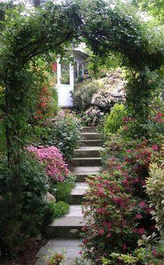 Mit einem Rosenbogen können Sie Ihre Treppe im Garten optisch schön in Szene setzen