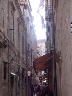 Restaurantes ou lojas em todas as vielas da cidade antiga Dubrovnik Croácia