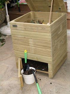 Tapa abatible superior y puerta inferior para un fácil acceso al Compost URBANIC