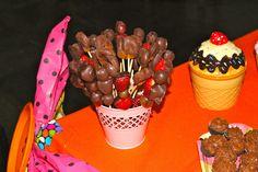 Espetinho de frutas com chocolate