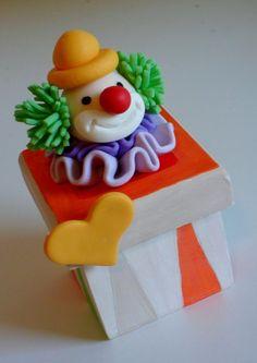 Caixa de Mdf  decorada com palhacinho de Biscuit. Quantidade mínima para venda 20 peças. R$8,50