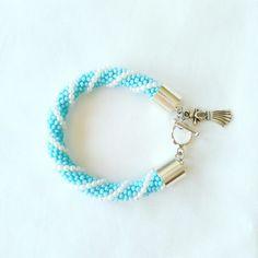Bracelet femme turquoise et blanc. Superbe accessoire de mode pour assortir à votre tenue.