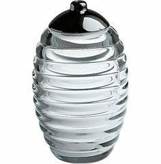 I love this sugar caster, made of crystal glass, makes it such an exclusivity to put sugar in the tea