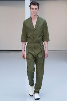 See all the Collection photos from Lemaire Spring/Summer 2016 Menswear now on British Vogue Mens Fashion Week, Fashion Show, Fashion Outfits, Fashion Design, Fashion Fashion, Look 2018, Look Street Style, Designer Jumpsuits, Look Man