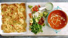 Nachos servidos com sopa mexicana de tomate e molho picante de iogurte - Receitas - GNT