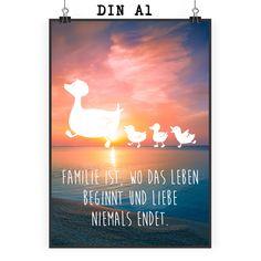 Poster DIN A1 Enten Familie aus Papier 160 Gramm  weiß - Das Original von Mr. & Mrs. Panda.  Jedes wunderschöne Motiv auf unseren Postern aus dem Hause Mr. & Mrs. Panda wird mit viel Liebe von Mrs. Panda handgezeichnet und entworfen.  Unsere Poster werden mit sehr hochwertigen Tinten gedruckt und sind 40 Jahre UV-Lichtbeständig und auch für Kinderzimmer absolut unbedenklich. Dein Poster wird sicher verpackt per Post geliefert.    Über unser Motiv Enten Familie  Die Entenfamilie ist das…