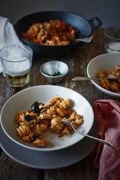 Pratos e Travessas: Radiatori com frango e molho de pimento assado e azeitonas # Radiatori with chicken and roasted red pepper and olives sauce | Recipes, photography and stories