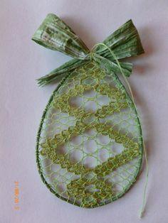 paličkované vajíčko dle podvinku od Galuszkových Lace Heart, Lace Jewelry, Bobbin Lace, Lace Detail, Pot Holders, Easter, Butterfly, Bobbin Lacemaking, Fantasy