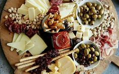 Cheese plate mediterranean decorated with olives and grissini - Food Presentation - Wurst No Cook Appetizers, Cheese Appetizers, Thanksgiving Appetizers, Christmas Appetizers, Appetizers For Party, Delicious Appetizers, Thanksgiving 2020, Party Snacks, Appetizer Recipes