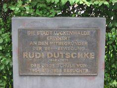 Dutschke ist offensichtlich nur nach West-Berlin gegangen, weil er als aufmüpfiger Abiturient nicht in der DDR studieren hätte dürfen. Wer weiß, was aus ihm sonst geworden wäre 😉 Im Interview