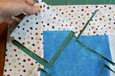 Aprende a realizar la técnica Square Dance de patchwork Quilting Tips, Plastic Cutting Board, Quilt Patterns, Quilts, Videos, Craft, Pinwheels, Fabric Scraps, How To Make