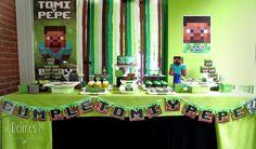 Cumple de Tomi y Pepe con temática Minecraft. Un video juego de construcción con bloques...  Mesa dulce, ambientación y decoración temática.  Banner, cartel, backdrops lisos y con guirnalda de tiras, Banderín, Cajas para souvenir y pochoclos, personaje 3D, gráfica en toppers y cartelitos de sabor.