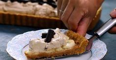 Nepečený dezert Banoffee na chrumkavej krustesa pýši bohatou karamelovou chuťou s kávovou vôňou a sýtosťou banánov. Recept na zákusok, koláč