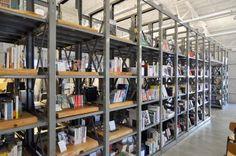 倉庫時代に使用していた書架を再利用。