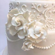 Elegancia y belleza son conjugadas en este pastel de bodas. Un clásico, decorado con glaseado real, todos los detalles son comestibles, las flores son hechas a mano en azúcar. #wedding #weddingplanner #boda #novios #orquidea #violeta #weddingphoto #pastel #instacake #cake #instamood #reposteriacreativa #fotograf