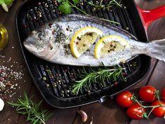 Pescado blanco: Los pescados que es mejor hacer al horno y los que saben mejor a la plancha Grill Pan, Tofu, Acai Bowl, Grilling, Fish, Meat, Vegetables, Breakfast, Kitchen