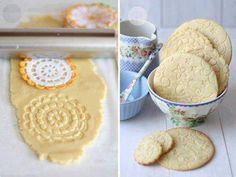 Misture o açúcar, a manteiga e os ovos e vá colocando aos poucos a farinha de trigo. .Junte tudo até você perceber a liga. Raspas de limão ao gosto.  Para abrir a massa e não grudar, jogue um pouco de farinha de trigo.  Pegue a toalha de crochê e passe o rolo para a decoração.  Depois é só colocar em um tabuleiro untado com manteiga e assar por aproximadamente 150ºC até dourar.