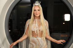 """A nossa musa de Câncer, @claudialeitte demorou apenas 1h30 para monta a produção e aparecer toda linda no Baile da Vogue. """"Eu adorei tudo. Adorei o cristal, o brilho, tudo lindo"""", disse. A cantora veste look-total @helorocha. Quer ver mais detalhes das produções carnavalescas das estrelas? Corre para o #instastories ou para vogue.globo.com #bailedavogue #ladyzodiac"""
