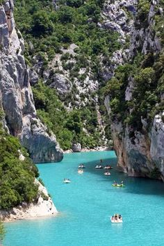 Canyon meets the Caribbean - in the middle of Europe- Canyon trifft Karibik – und das mitten in Europa Deep gorges and below a water like in the Caribbean – welcome to Verdon in the French Provence. Places To Travel, Places To See, Travel Destinations, Wonderful Places, Beautiful Places, Travel Around The World, Around The Worlds, Europa Tour, Moustiers Sainte Marie