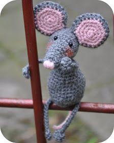 Grietjekarwietje: Haakpatroon: Pita de muis -- I have no idea what this says, but it is a very cute mouse! Crochet Cat Toys, Crochet Gratis, Crochet Mouse, Crochet Patterns Amigurumi, Cute Crochet, Crochet For Kids, Crochet Animals, Crochet Dolls, Crochet Baby