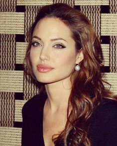 Take a look at the best Angelina Jolie makeup in the photos below and get ideas for your cute outfits! Kylie Jenner / Angelina Jolie lips without injections – makeup / lip tutorial from Mellifluous Mermaid – how to get… Continue Reading → Angelina Jolie Fotos, Angelina Jolie Makeup, Angelina Jolie Young, Angelina Jolie Style, Jolie Pitt, Le Jolie, Brad Pitt, Pearl Drop Earrings, Women's Earrings