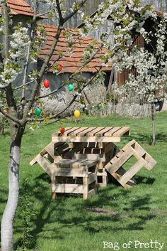 Pallet furniture that would look good in an English Country Garden - #GardenPallets