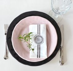 Christmas table setting in white, grey and pink Christmas Table Settings, Kitchen Stuff, Christmas Ideas, Lens, Plates, Grey, Tableware, Inspiration, Licence Plates
