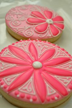 Round pink daisy cookies.