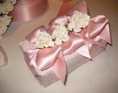 http://agiftwrappedlife.blogspot.com/p/my-gift-wrap-look-book.html