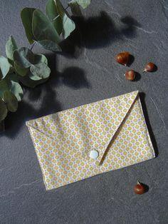 Pochette Enveloppe En Tissu Imprime Fleurs Jaunes Fermee Par Un Bouton Pression Blanc Cette