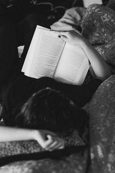 Reading senior picture ideas for girls. Senior pictures of girls reading.