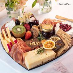Aqui na Brie To Me você pode demonstrar o seu amor o ano todo com a nossa LOVE BOARD! Para quem você vai enviar uma dessas ou pedir para deliciar juntinho? Pedidos através do link na Bio. #BrieToMe #loveboard #lovewreath #valentinesboard #manaus #grazingfood #tabuadefrios #queijosevinhos Brie, Grazing Food, Dairy, Cheese, Link, Charcuterie Board, Manaus, Amor