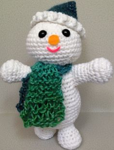 Free crochet pattern for a holiday snowman by PJ Crafts in Austin. The amigurumi is great for decorating or for children to play with. Crochet Christmas Decorations, Christmas Crochet Patterns, Christmas Knitting, Christmas Crafts, Crochet Gratis, Crochet Dolls, Crochet Yarn, Free Crochet, Crochet Winter