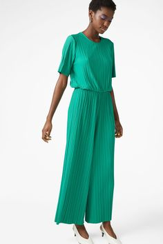 A pleated jumpsuit with a classy fit and an elastic band in the waist. Let's stay comfy while looking classy!