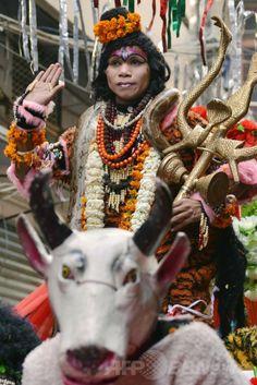 インド北部アムリツァル(Amritsar)で、ヒンズー教の春の祭典「ホーリー(Holi)」を前に行われたパレードで、シバ(Shiva)神に扮(ふん)した信者(2014年3月12日撮影)。(c)AFP/NARINDER NANU ▼13Mar2014AFP|春はもうすぐ、お祭りムードのインド http://www.afpbb.com/articles/-/3010264 #India #Amritsar #Holi #Shiva