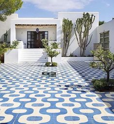 Bold and beautiful courtyard tiles by . Outdoor Spaces, Outdoor Living, Outdoor Decor, Outdoor Balcony, Mediterranean Books, Bad Wiessee, Mykonos, Bungalow, Blue Floor