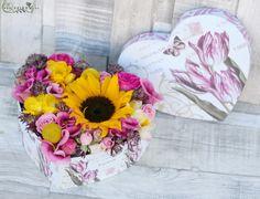 Napsütéses jókedv szívdoboz napraforgóval, liziantusszal, csillagvirággal (18 szál)