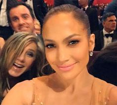Las imágenes más divertidas de los famosos • Jennifer Aniston se divirtió - ¡un montón! - En los Oscar. Tanto es así que la estrella de cine y su novio , Justin Theroux , allanaron una selfie de Jennifer López en la ceremonia.