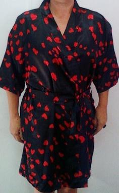 Robe em cetim preto com corações vermelho R$50,00