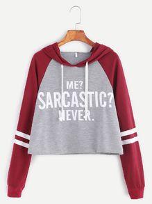 Sweat-shirt à capuche manches raglans court imprimé slogan contrasté