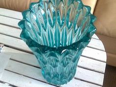 masívní lisovaná váza r. 1955, výrazný reliéf,